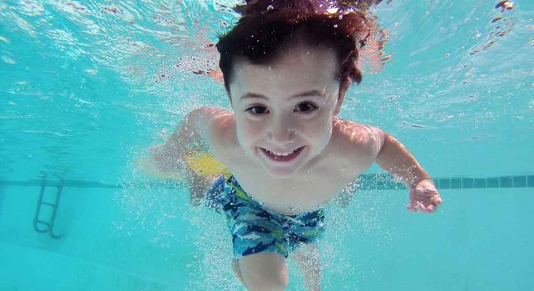 Spruzzi in piscina, cibo genuino e movimento - Family Hotel Trentino